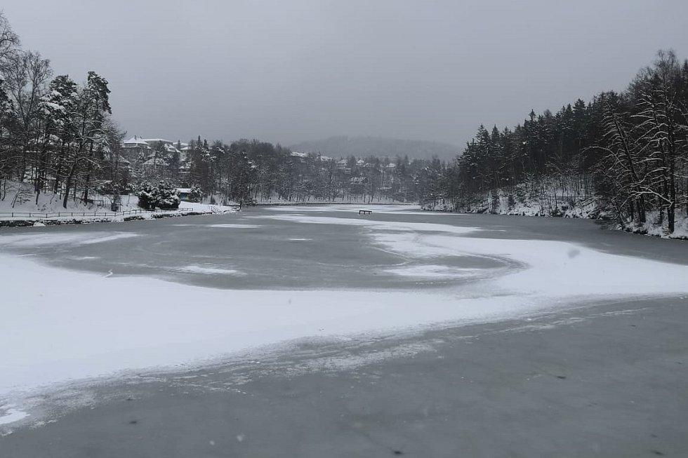 Liberecká přehrada pod sněhem.