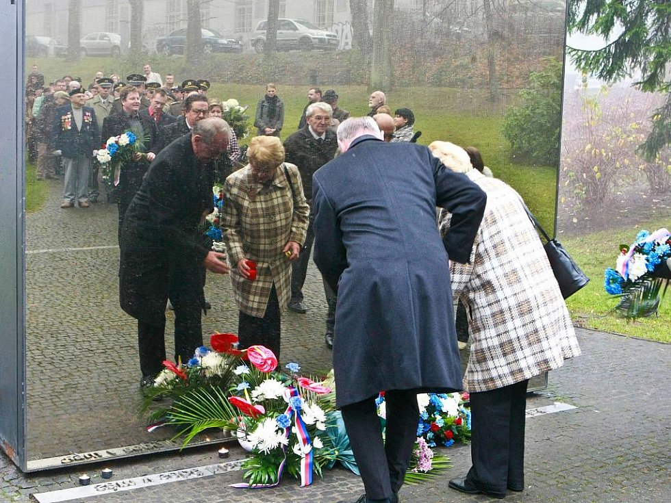Slavnostní shromáždění u pomníku obětem komunismu v Jablonecké ulici.