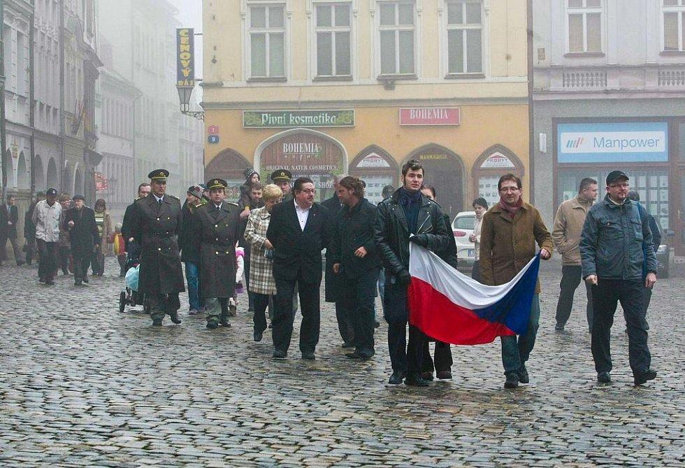 17. listopadu se sešli představitelé města a občané Liberce u památníku obětem komunismu naproti Liebiegově vile. Následoval Pietní pochod proti zapomínání směrem k liberecké radnici, kde zapalovali svíčky a také pokládali kytice u tankového pásu.