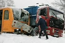 V úterý před polednem došlo na železničním přejezdu ve Stráži nad Nisou ke srážce vlaku, který přijížděl do zastávky, s nákladním automobilem nedaleké společnosti, který se chystal vyjet na cesty.