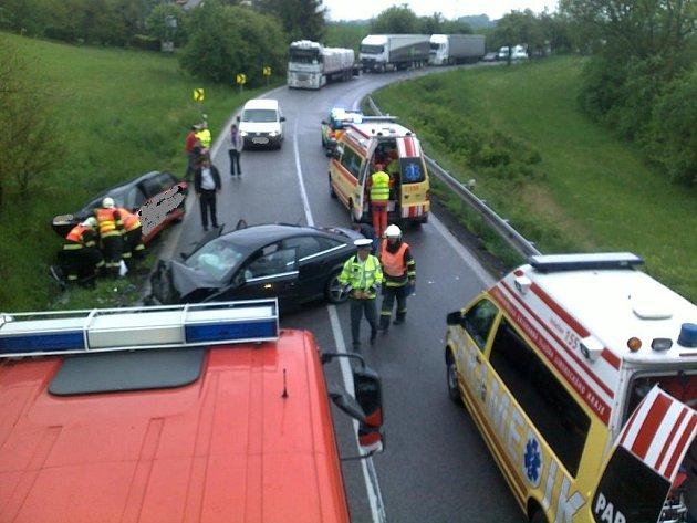 Střet dvou vozidel zablokoval hlavní tah z Liberce na Hradec Králové