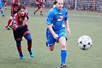 PROTI VIŠŇOVÉ. Vlevo běží za míčem voják – dorostenec Vondrák, s ním v modrém Pařízek.