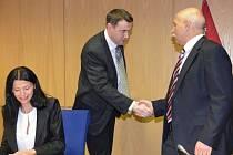 Hejtman gratuluje Vítovi Příkaskému ke zvolení.