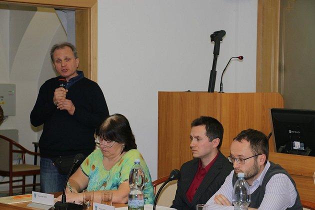 Občan Jiří Klus vystoupil spřipomínkami městským zastupitelům.