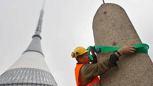 Sejmutí Rohanova kamene na vrcholu Ještědu