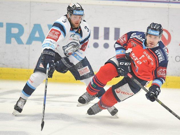 Utkání 52. kola hokejové extraligy: HC Vítkovice Ridera - HC HC Bílí Tygři Liberec, 4. března 2018 v Ostravě. Adam Jánošík (vlevo) a Rostislav Olesz.