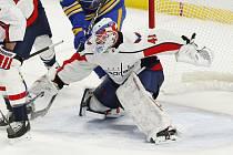 Brankář hokejistů Washingtonu Vít Vaněček při debutu v NHL, který zažil 15. ledna 2021 na ledě Buffala.
