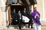 Na pohřeb do kostela v Ruprechticích dorazilo více než sto lidí. Konal se zde pohřeb mladého chlapce, který se nedávno utopil v libereckém bazénu.