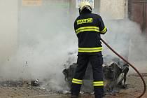 Požár plastového kontejneru ve Fügnerově ulici.