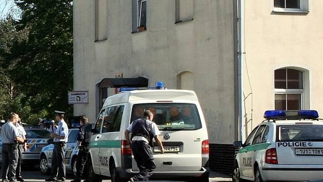 POBOČKU POŠTY v Machníně obklíčili policisté. Lupič ale zmizel ještě před jejich příjezdem.