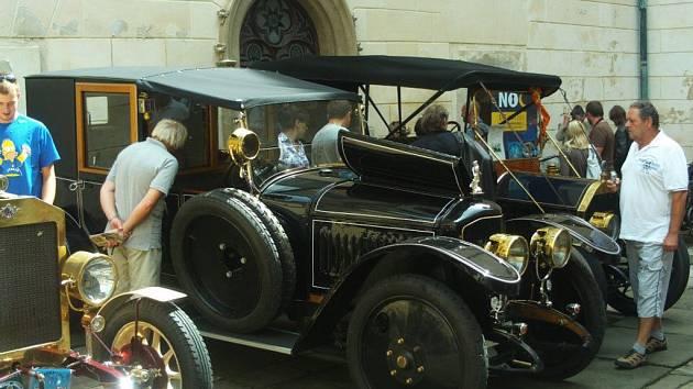 Stoletá autíčka slavila na zámku