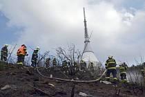 K lesnímu požáru kousek od hotelu Ještěd vyjíždělo šest hasičských jednotek.