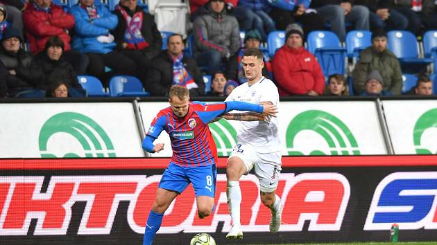 FC Viktoria Plzeň - FC Slovan Liberec 4:1. Potočný (v bílém) se snaží zastavit Limberského.