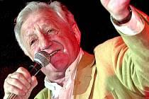 VELKÁ JMÉNA české pop–music bude hostit festival countryové legendy. Na něm se letos představí i zpěvák Pavel Bobek coby ztělesnění multižánrové elegance.