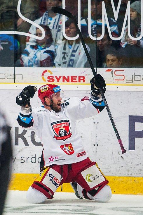 Šesté utkání čtvrtfinále Liberece (v tmavém) proti Hradci Králové. Hostující Radek Smoleňák
