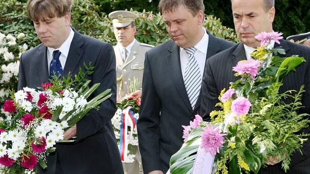 Na vojenském hřbitově v Liberci Ruprechticích položili politici, vojáci, váleční veteráni a občané věnce a kytice na hrob vojáků padlých v druhé světové válce