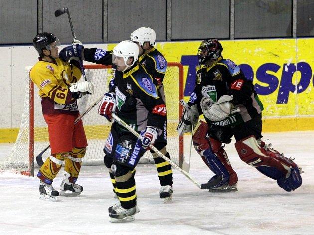 Sršni z Kutné Hory zvítězili nad VTJ Ještěd na libereckém ledě 8:0. Florian Milota zaměstnává Richarda Svobodu (VTJ ve žlutém)  a Tomáše Malého.