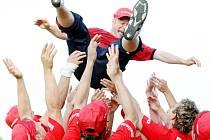 Jeden bod chyběl hlavickým fotbalistům k postupu. Ten v souboji se Sokolem Ovčáry vybojovali a mohli slavit postup do 3.ligy.