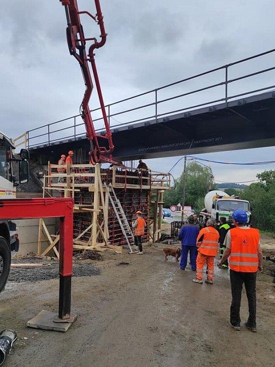 Na novém železničním mostě v Raspenavě se pracuje celý rok. Nová výluka začne na trati platit od 27. října a potrvá do 2. listopadu.