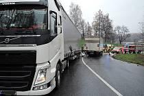 Srážka dvou nákladních automobilů omezila provoz na R35.