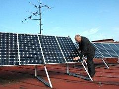 Střední průmyslová škola strojní a elektrotechnická v Liberci má na střeše fotovoltaické panely již od roku 2001. Na obrázku ředitel školy Josef Šorm při kontrole dvojice panelů.