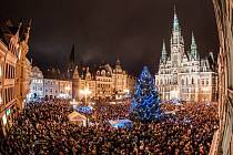 Slavnostní rozsvícení vánočního stromu přilákalo na liberecké náměstí spousty lidí.
