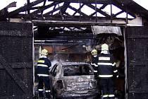 Požár provizorní garáže hasili v části Hrabačov města Jilemnice.