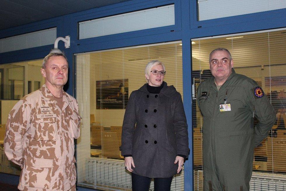Ministryně obrany ČR Karla Šlechtová, generálmajor Jiří Verner a plukovník David Klement.