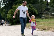 PRO HOSPIC běželo kolem přehrady 157 lidí, včetně dětí. Podpořit je přišli i členové Capoeiry Liberec ukázkou brazilského bojového umění.