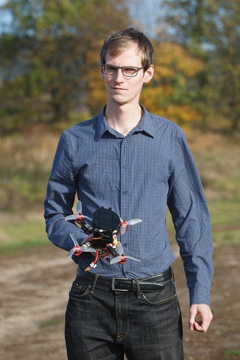 František Manlig při testování dronu s padákem.