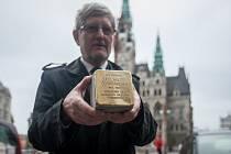 Na snímku je Michal Hron s Kamenem zmizelých, který se umisťoval na náměstí Dr. E. Beneše.