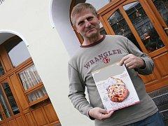 Poškozený František Hrabal naletěl podvodnici, která se vydávala za redaktorku prestižního časopisu o gastronomii. Ta se neostýchala v jeho podniku fotit a dělat rozhovory s personálem i některými hosty .