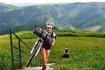 Johana Šťastná z Liberce projela za 15 dní extrémní závod 1000 Miles Adventure. Chtěla dokázat, že to jde i bez velkého tréninku a doplňků.