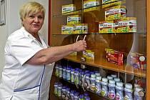 NOVÁ VÝDEJNA LÉKŮ LIBERECKÉ NEMOCNICE vyrostla v prostorách bývalé lékařské pohotovosti. Lékárna má dva vstupy pro veřejnost, jeden je přitom i bezbariérový. Na snímku Ladislava Kohoutová, hlavní sestra liberecké nemocnice.