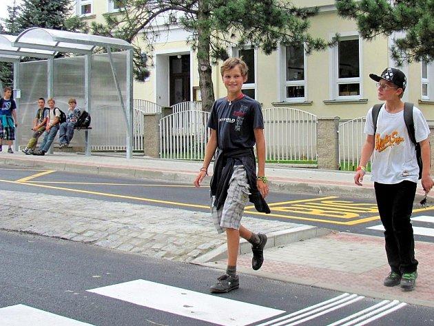Nový přechod pro chodce a zastřešená zastávka u základní školy v Ostašově podstatně ulehčí život tamním školákům.