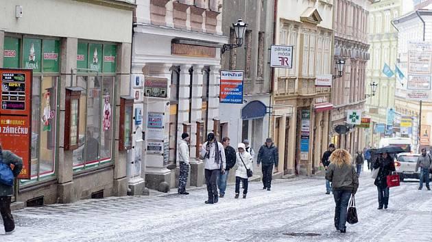 Liberecká Moskevská ulice. Kdysi tepna města, dnes napůl vylidněná spojnice dvou náměstí.
