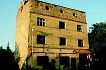 JEDEN Z NICH. V opuštěném domu vedle restaurace La Fabrica v centru Liberce museli v minulosti nesčetněkrát zasahovat hasiči. Jaký bude osud tohoto objektu je zatím ve hvězdách.