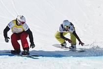 MICHAL NOVOTNÝ (vlevo) protíná cíl v osmifinále závodu Světového poháru ve snowboardcrossu před Jarodem Minghinim z USA.