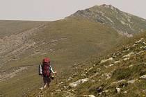 RUMUNSKÉ HORY. Konečně jsme opustili kaňon plný dravých lesních šelem. Vyšli jsme nahoru a před námi jsou vrcholky pohoří Godeanu. Kocháme se nádherou hor. Těším se, až ten těžký batoh na chvíli zase odložím.
