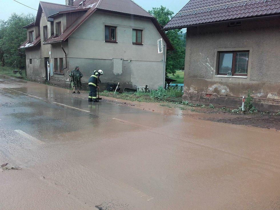 Voda zaplavila sklepy a garáže.