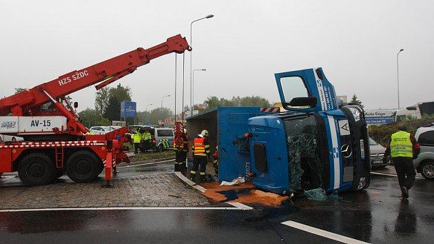 Převrácený nákladní vůz na kruhovém objezdu v ulici České mládeže v Liberci