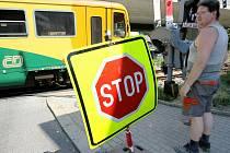 PŘEJEZD V ROCHLICI. Až do pátku musí být řidiči na vlakovém přejezdu v Rochlici velmi opatrní. Světelné zařízení, ani závory nefungují, přednost v jízdě je upravena značkou.