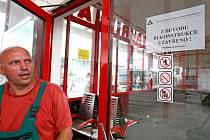 Dopravní podnik chce nabídnout cestujícím kvalitnější služby. K rekonstrukci čekárny přistoupil záměrně v letních měsících, kdy lidé mohou čekat na autobusy venku.