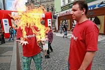Fakírské kousky předváděli dětem studenti Přírodovědecké fakulty UK, o přítomnosti hliníku a dalších prvků ujišťovali zase studenti Masarykovy střední  školy chemické z Prahy.