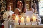 BISKUP ŽEHNÁ OKNŮM I LIDEM. Kostelíku požehnal litoměřický biskup Jan Baxant.