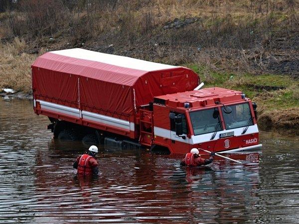 Nákladní automobil Tatra 815-731R32 hasiči otestovali vkorytě Jizery. Pomoci má hlavně při povodních.