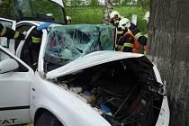 Řidič narazil do stromu, ven z vozu ho museli vyprostit hasiči.