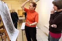 UČITELKA V AKCI. Lektorka kurzu Ilona Chválová čte v galerii ze spleti čar, co vlastně její žákyně namalovala.