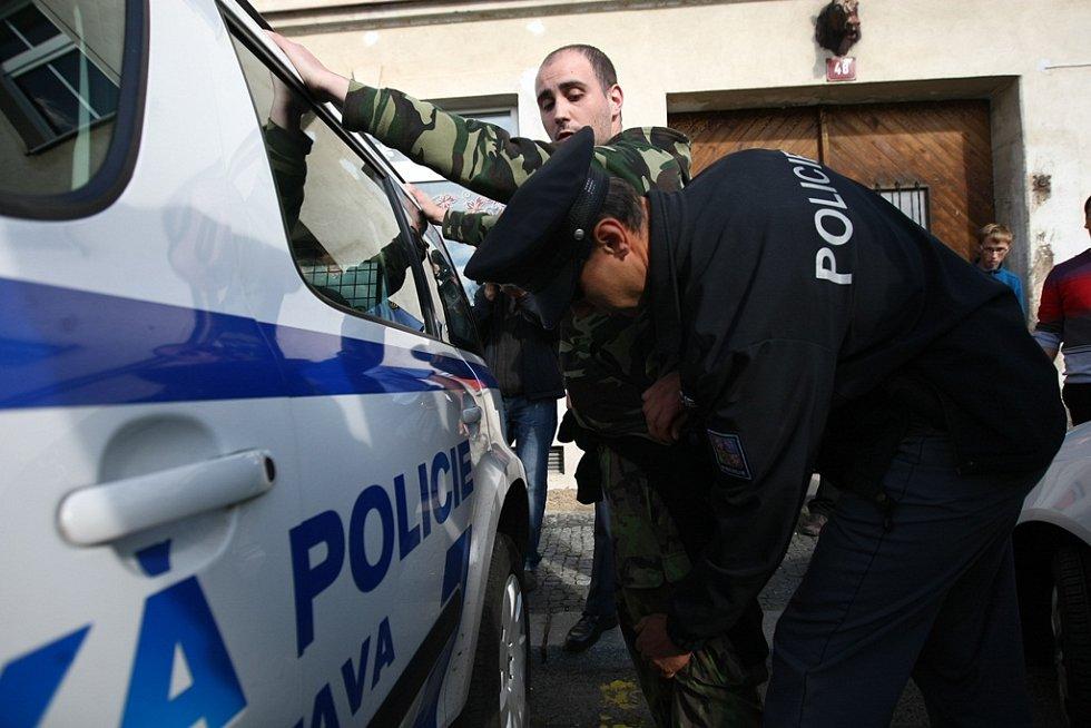 Muže zadržela policie.