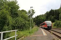 Prezentační jízda železničního dopravce Arriva na tratích v Libereckém kraji. a snímku vlak Siemens Desiro zachycen před odjezdem ze stanice Sychrov.